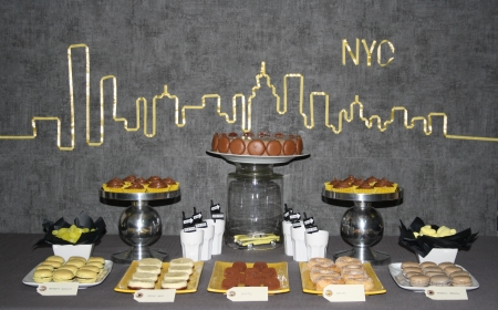 sweet table buffet desserts idée déco new york jaune yellow gris grey cheesecake donuts cupcakes macarons entremet chocolat