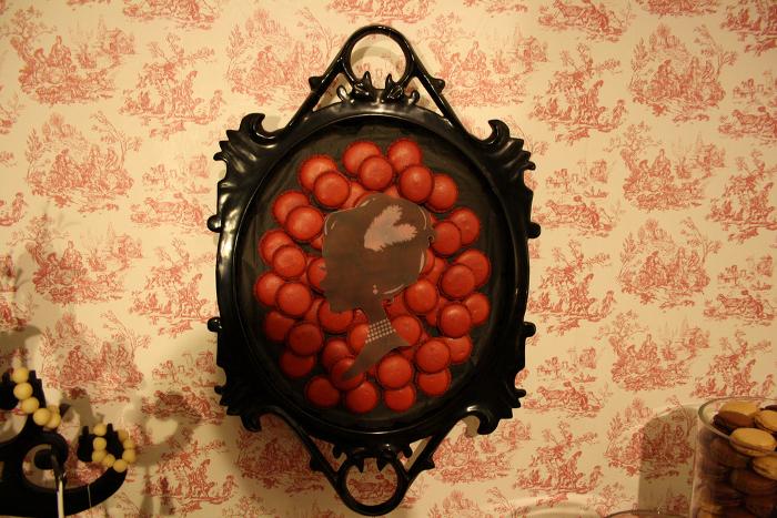 sweet table buffet dessert tableau déco camé baroque macarons rouge noir toile de jouy
