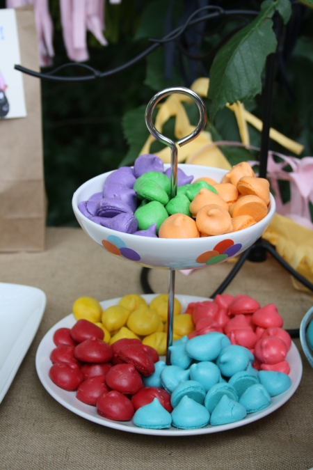 sweet table buffet dessert barbapapa fête enfant party kids meringues multicolore rouge bleu rose jaune orange violet vert